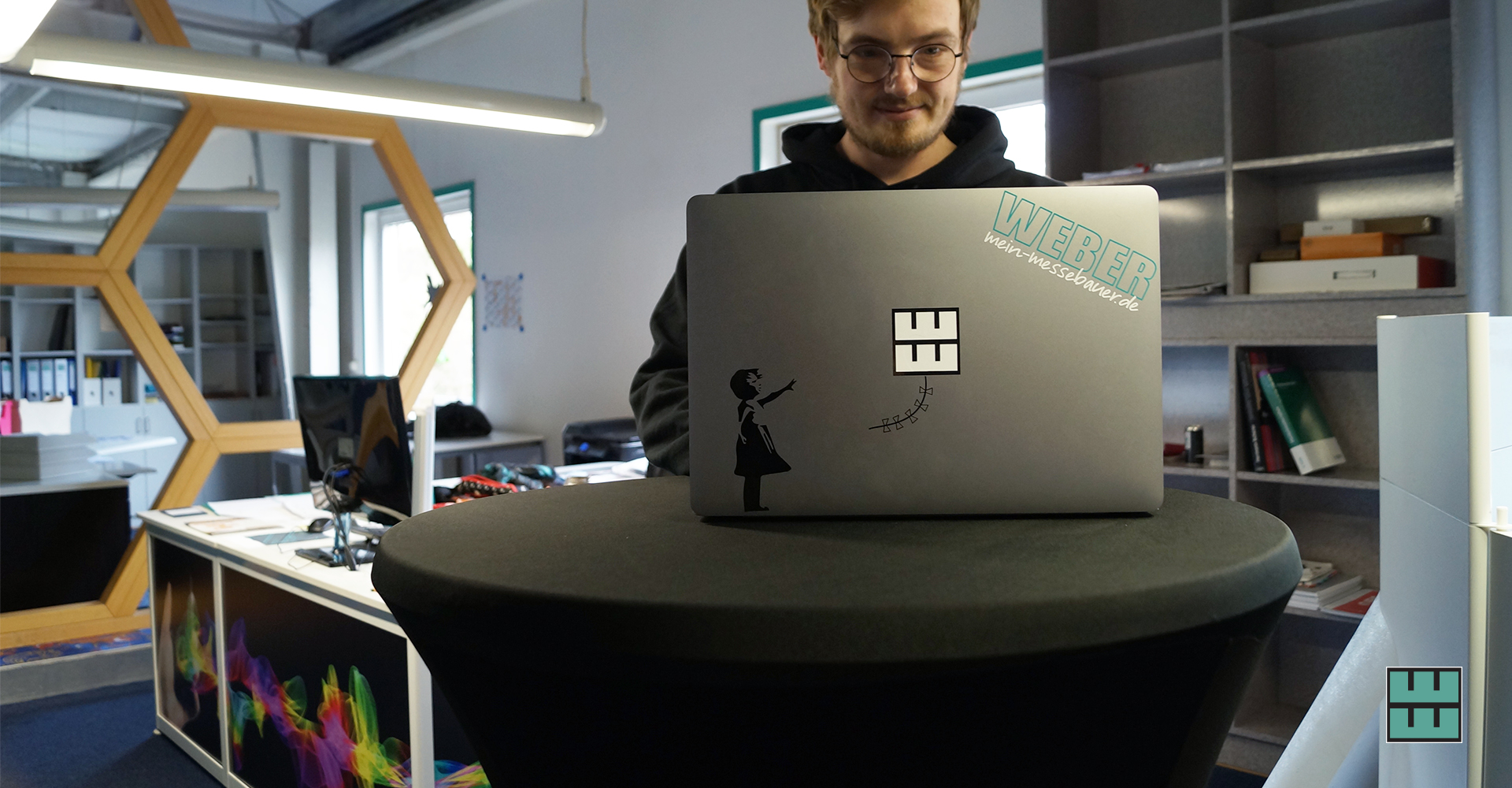 3 Ideen, wie Sie Ihr Büro oder Ihre Wohnung verschönern können Weber Werbung Delligsen Aufkleber Laptop