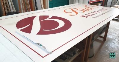 Ein neues Schild für Biel's Backhaus hängt seit kurzem in Kreiensen.