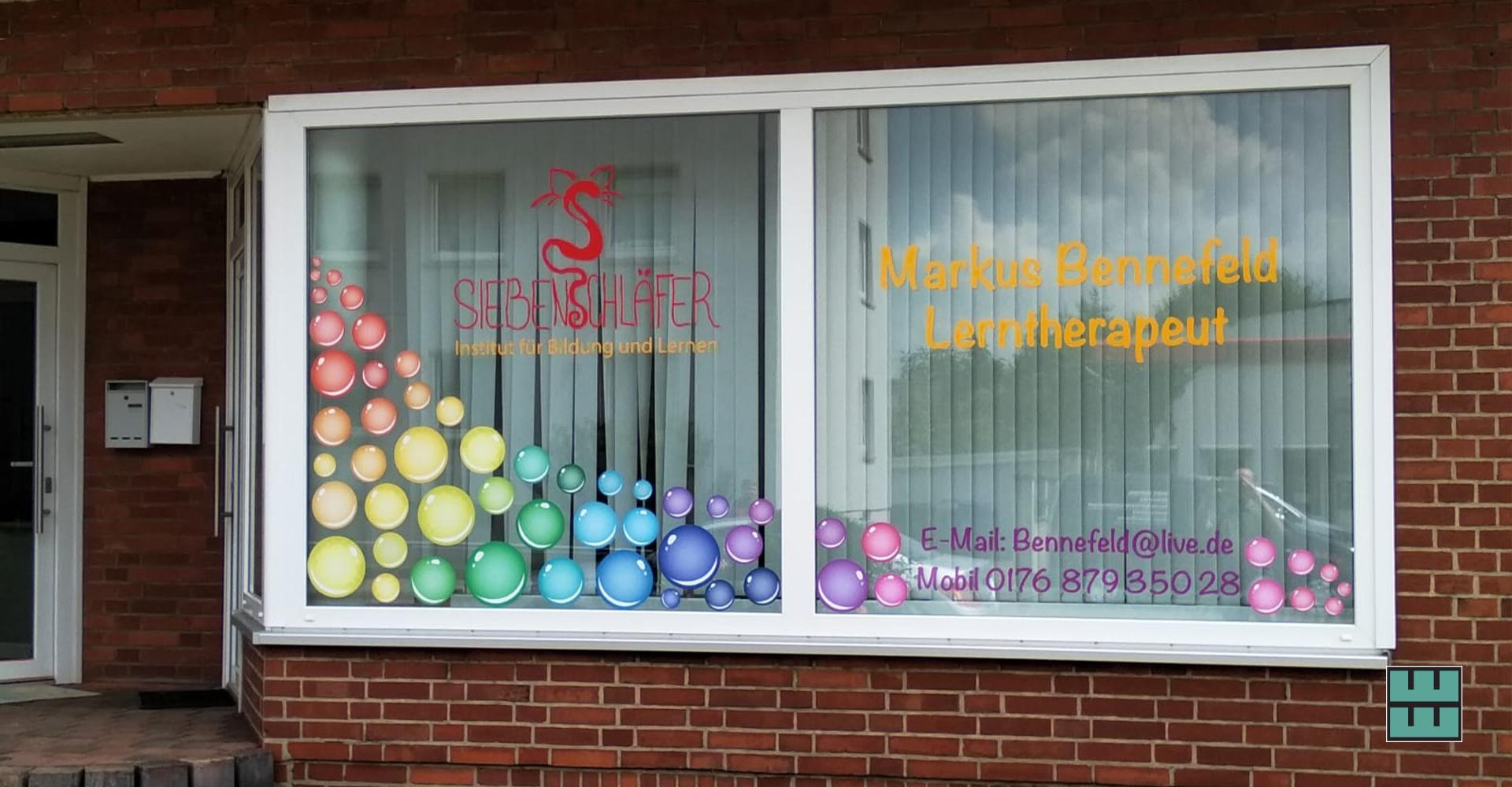 Für den Lerntherapeuten Markus Bennefeld und sein Institut Siebenschläfer wird es bunt: Seit kurzem verzieren bunte Bubbles sein Schaufenster.Wir haben nicht nur die grafische Bearbeitung und den Druck übernommen, sondern natürlich auch die Fensterbeklebung an sich.