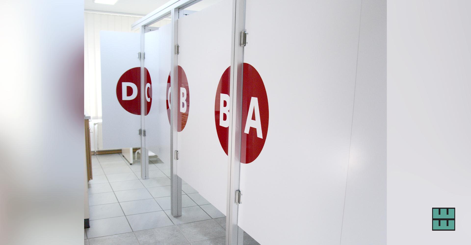 Neue Kabinen / Wände für die Orthopädie Praxis von Dr. Grasemann in Alfeld: Beschriftung, Planung und den Einbau der Wände haben wir übernommen!