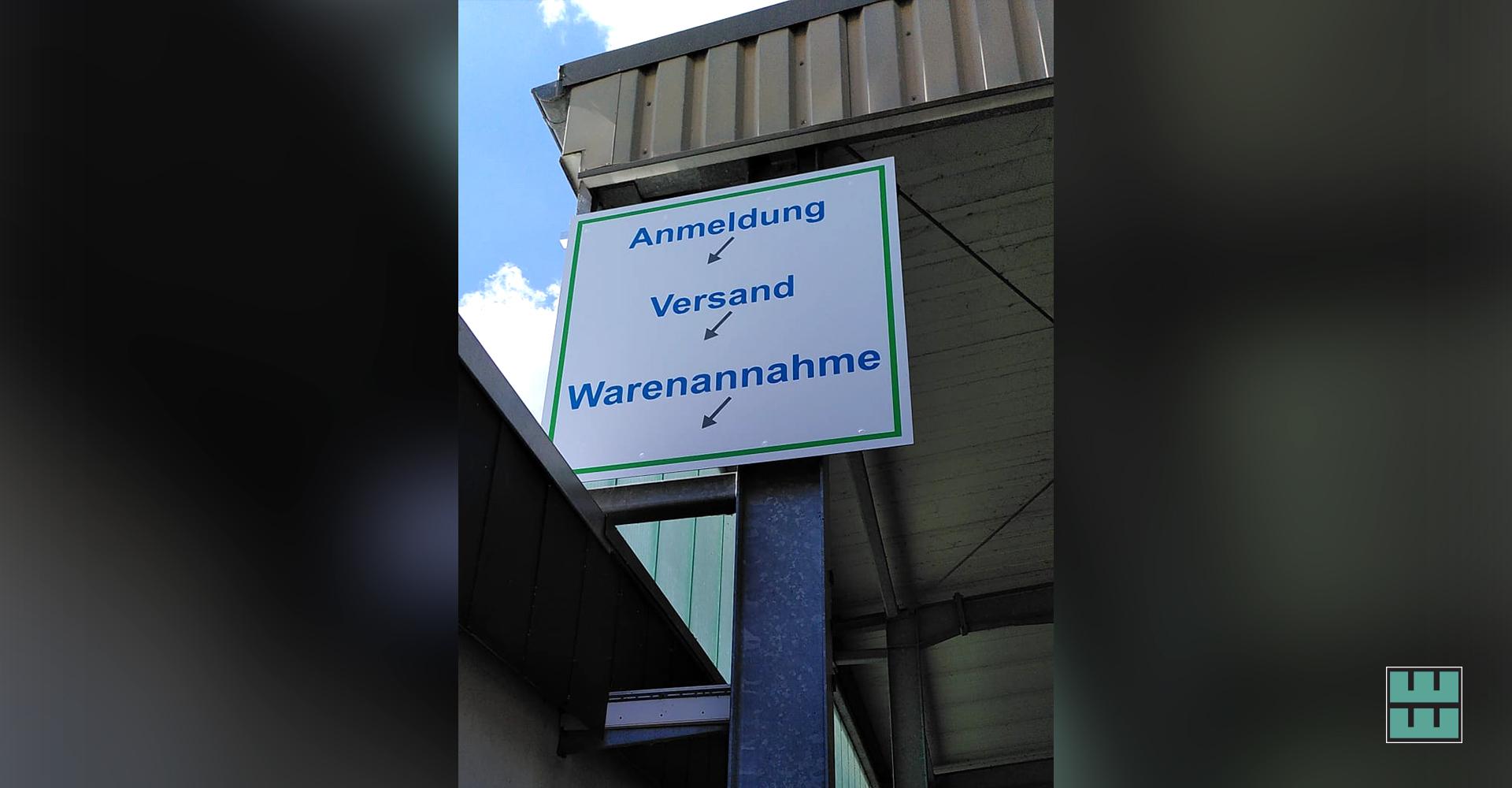 Die neuen Schilder für TOP-LABEL in Alfeld haben wir nicht nur gedruckt und produziert, sondern auch montiert.