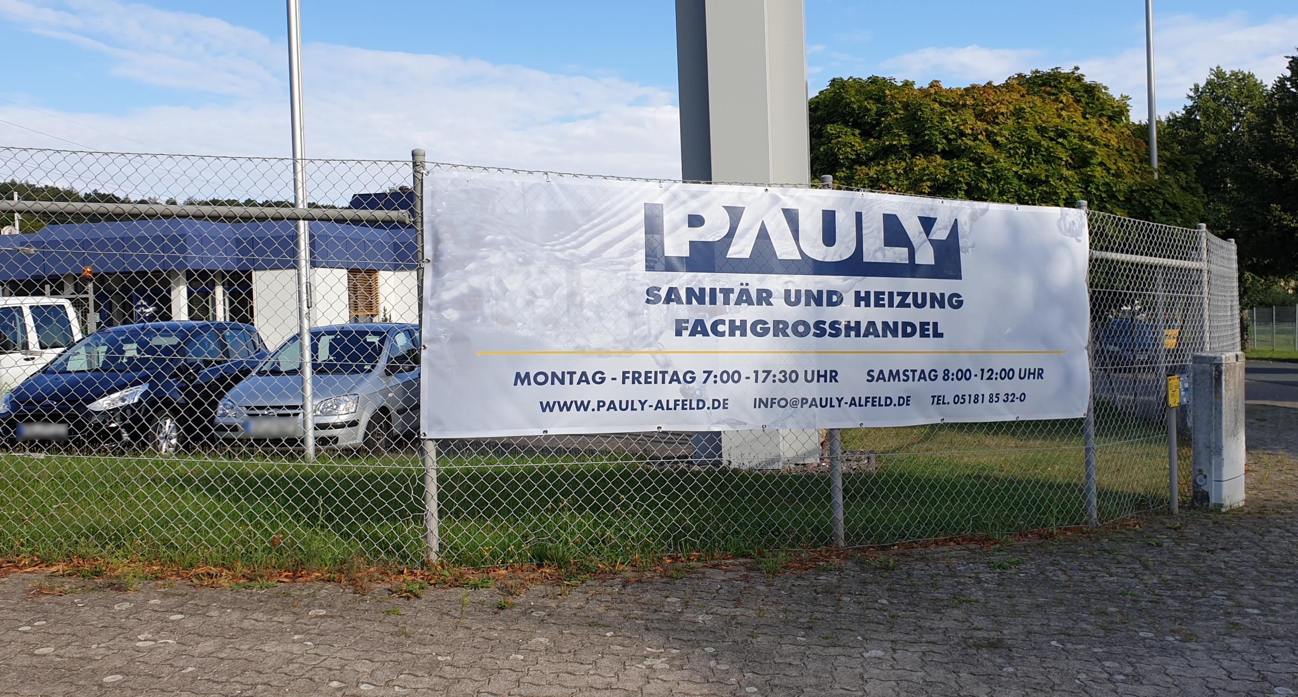 Die Firma Pauly aus Alfeld präsentiert sich im einheitlichen Design und hat in dem Zug ihre Hinweisschilder aktualisiert (Hier: XXL-Banner in 4,10 m Breite)