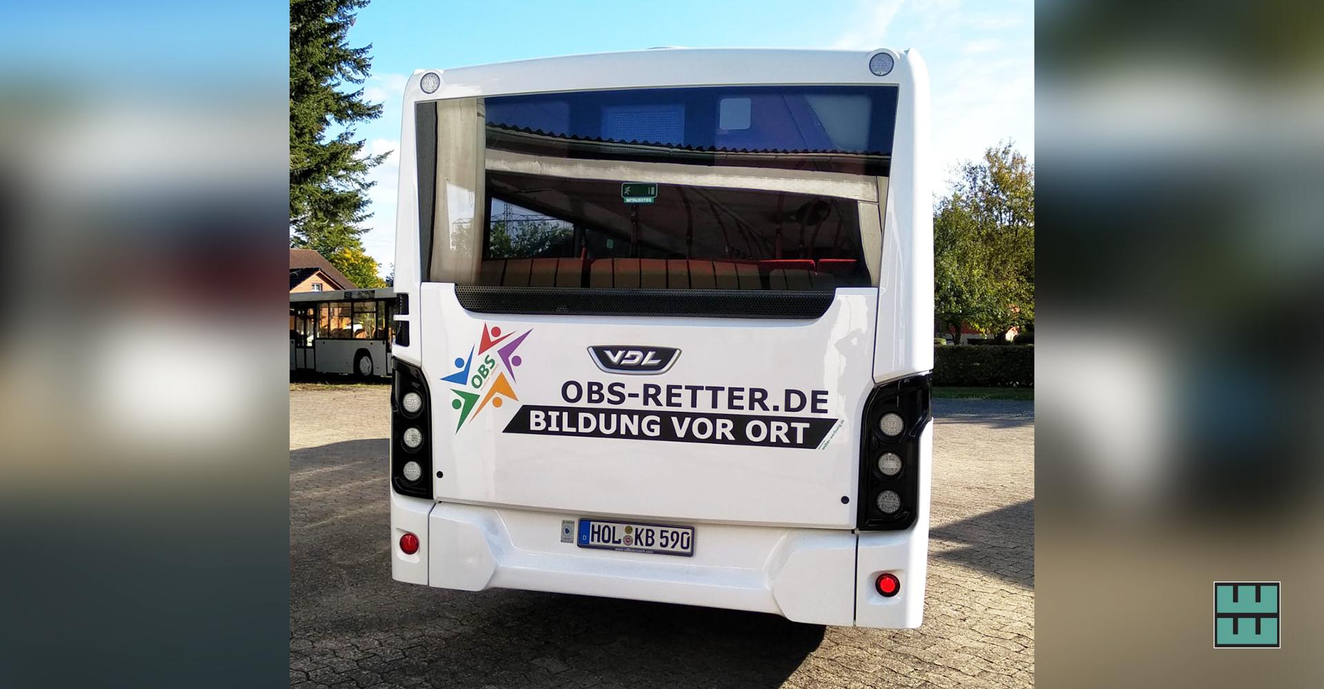 """Koch Busreisenmacht mit einer neuen Bus-Beklebung auf das Projekt """"OBS Retter""""aufmerksam. Wir haben mit dem Druck und der Beklebung unterstützt!"""
