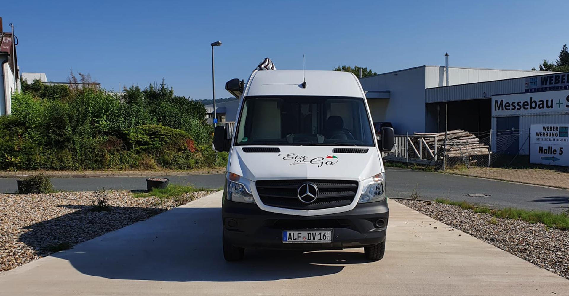 Italieniesche Beschriftung für den neuen Eiswagen des Eiscafes La Dolve Vita aus Alfeld