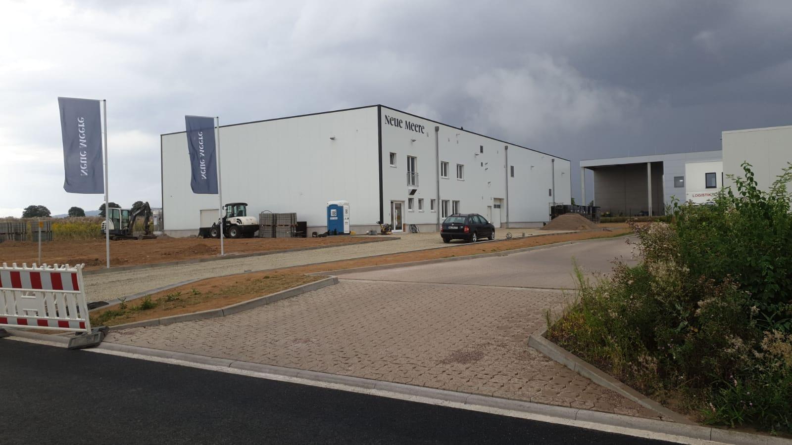 Für das neue und innovative Unternehmen Neue Meere mit Sitz in Gronau haben wir den Schriftzug sowie die Fahnen gefertigt.