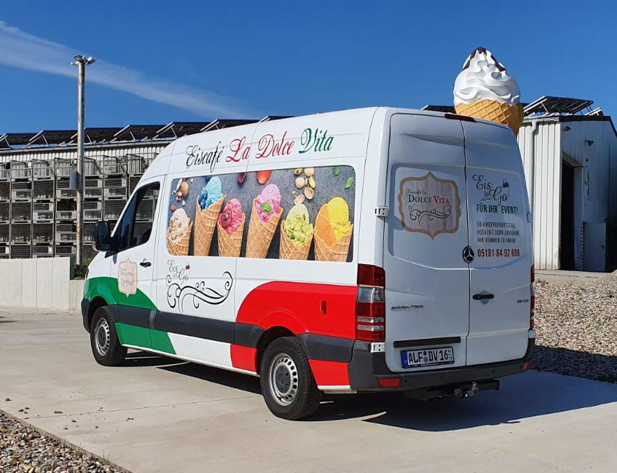 Bunte Beschriftung für den neuen Eiswagen des Eiscafes La Dolve Vita aus Alfeld