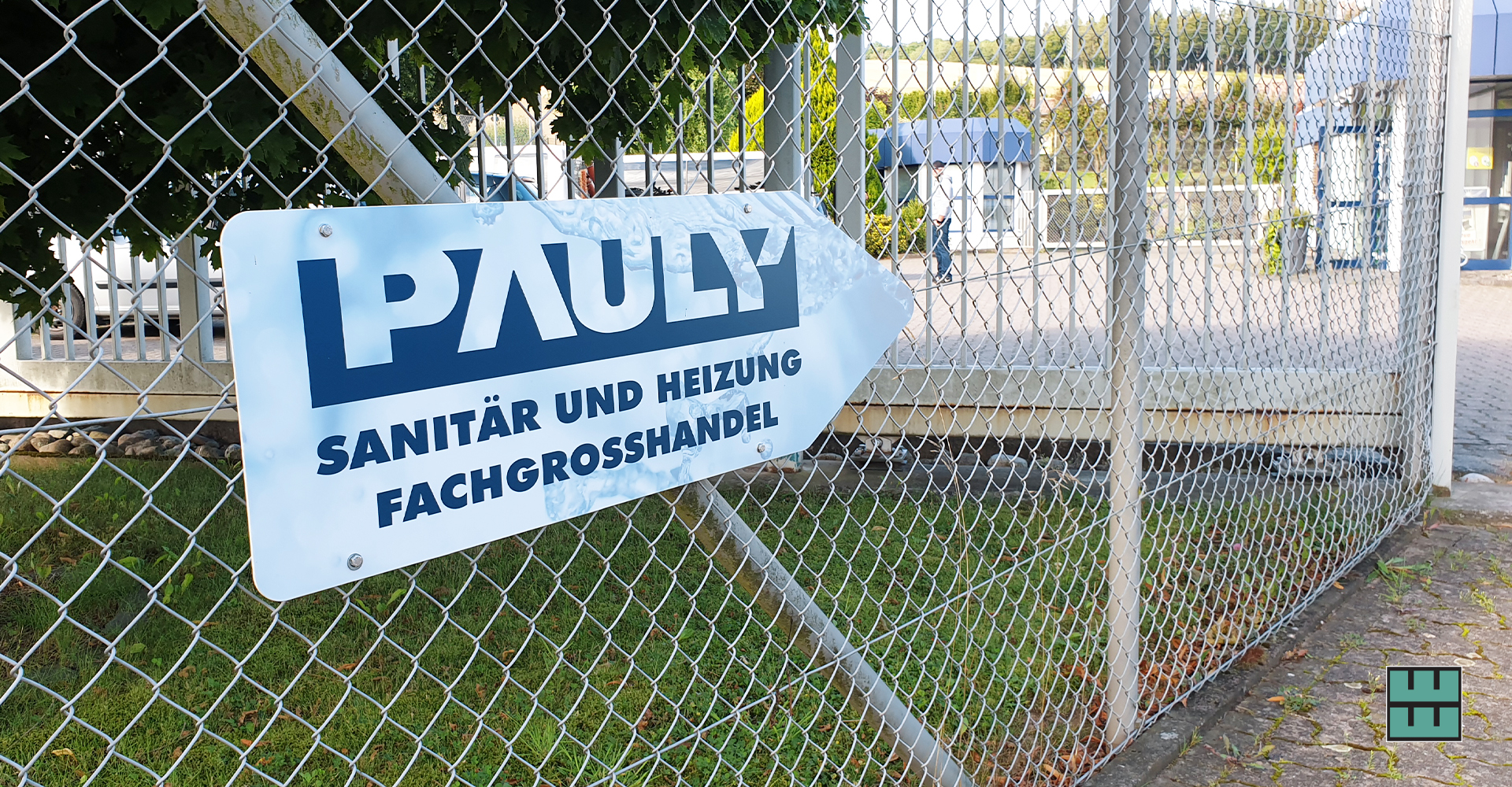 Die Firma Pauly aus Alfeld präsentiert sich im einheitlichen Design und hat in dem Zug ihre Hinweisschilder aktualisiert.