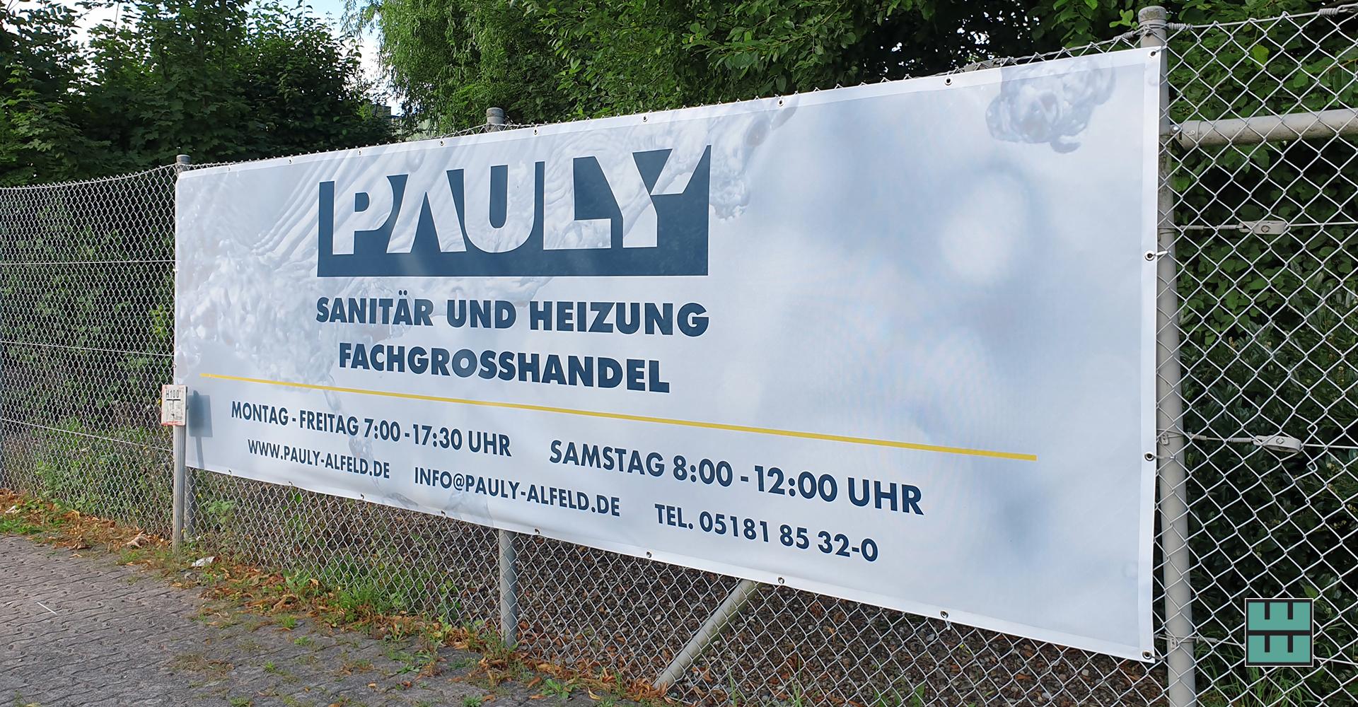 Die Firma Pauly aus Alfeld präsentiert sich im einheitlichen Design und hat in dem Zug ihre Hinweisschilder aktualisiert (Hier: XXL-Banner in 5m Breite)