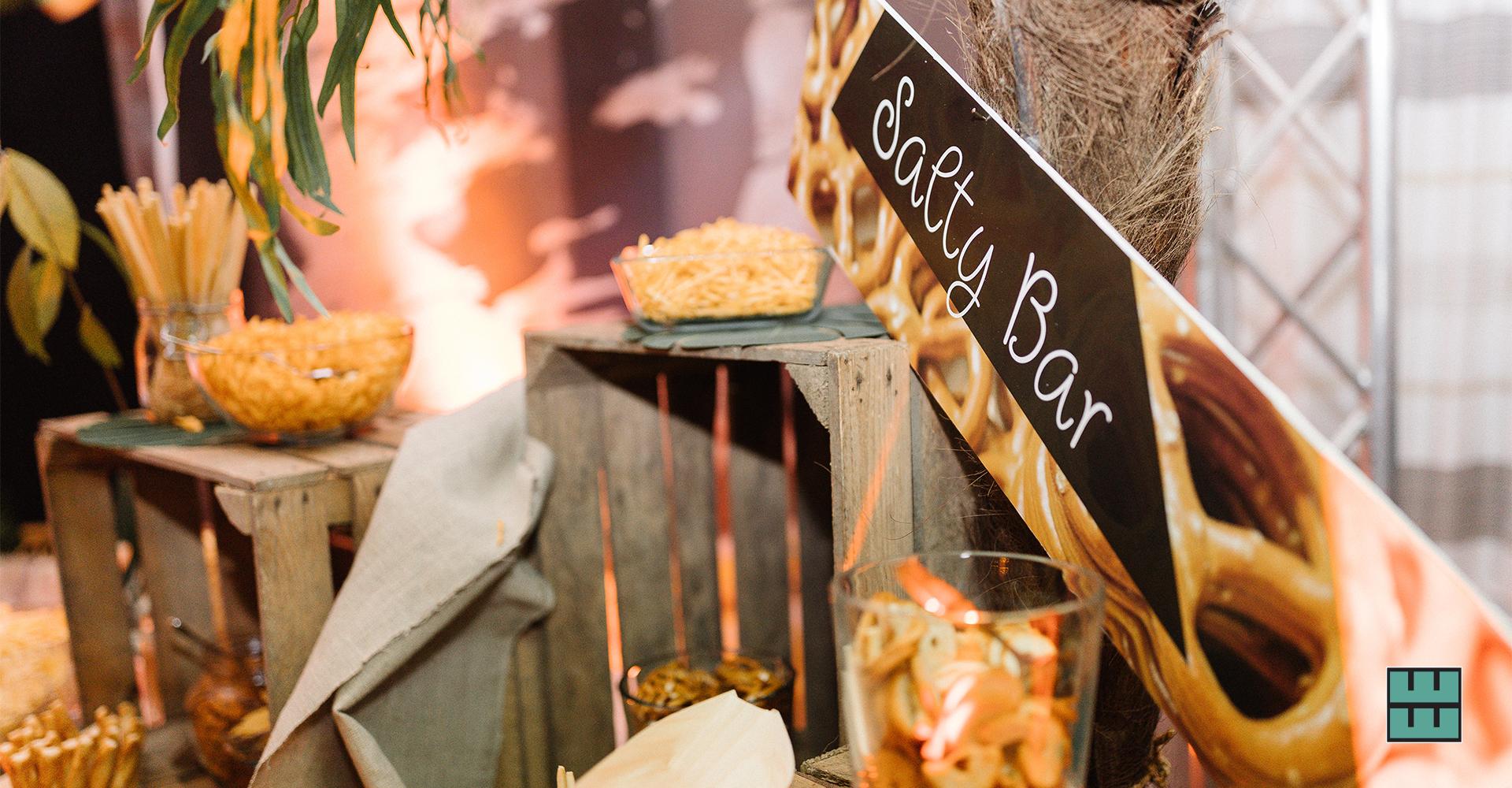 Wir gestalten und vermieten alles für die perfekte Hochzeit- und Event-Dekoration: Papeterie, Banner, Traversen, Schilder, Stehtische, Stühle und Hussen. Foto: https://katrin-photography.de