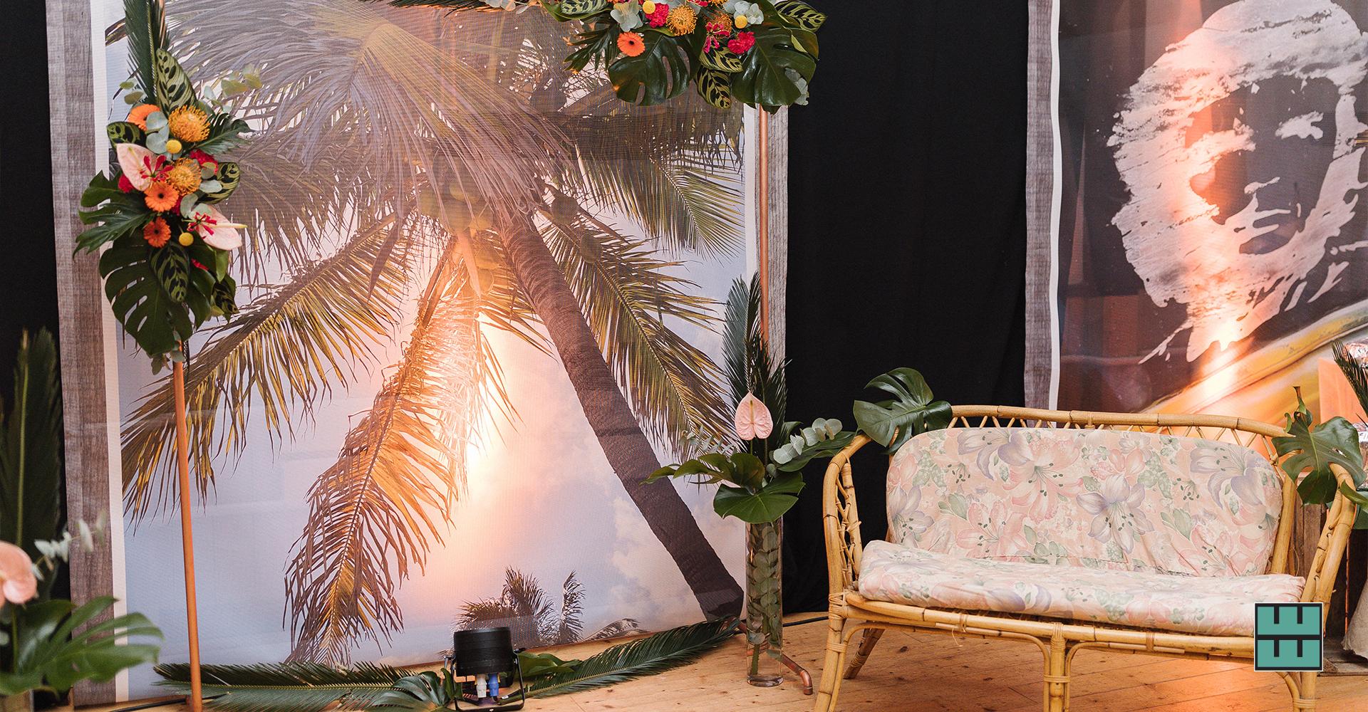 Wir gestalten und vermieten alles für die perfekte Hochzeit- und Event-Dekoration: Papeterie, Banner, Traversen, Schilder, Stehtische, Stühle und Hussen.