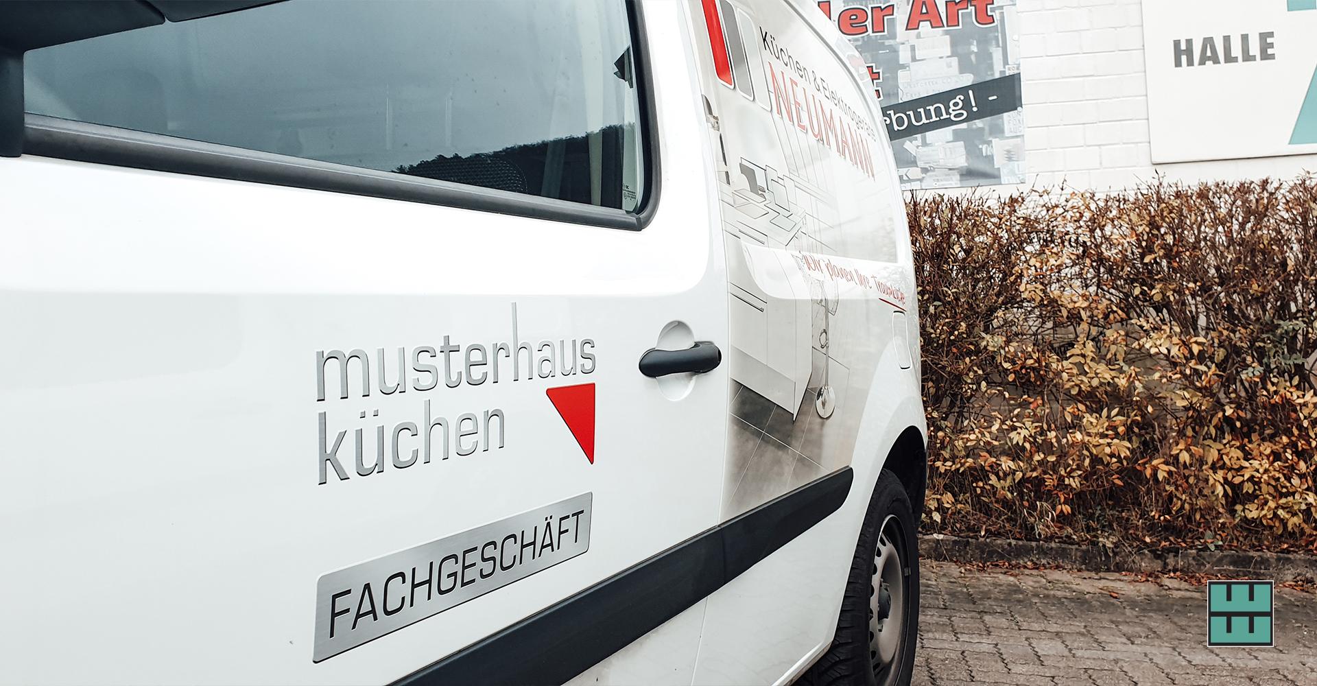 Vor kurzem wurde Küchen- und Elektrogeräte Neumann in das Filialnetz von Noack übernommen. Daher wurden sämtliche Autos aus dem Fuhrpark neu beklebt.