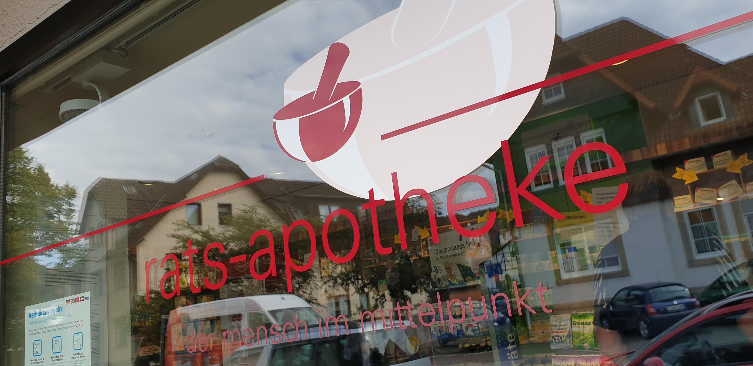 Neue Schaufenster-Beschriftung für die Rats Apotheke in Delligsen