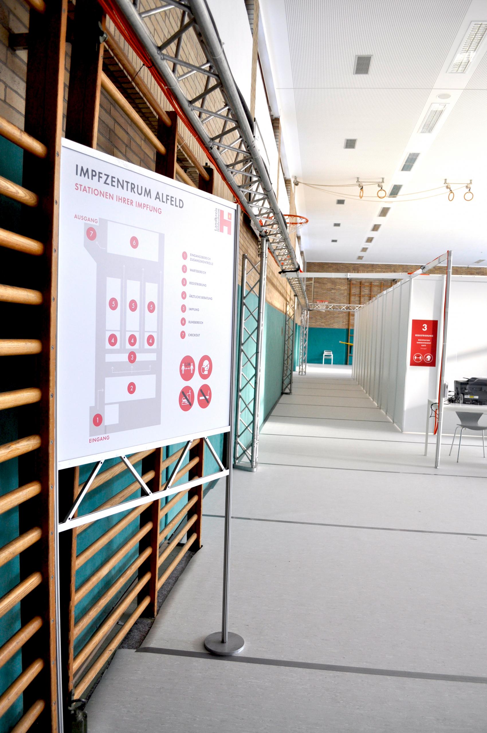 Corona Schutz: Trennwände, Spuckschutz, Möbel und Beschriftungen im Impfzentrum Alfeld