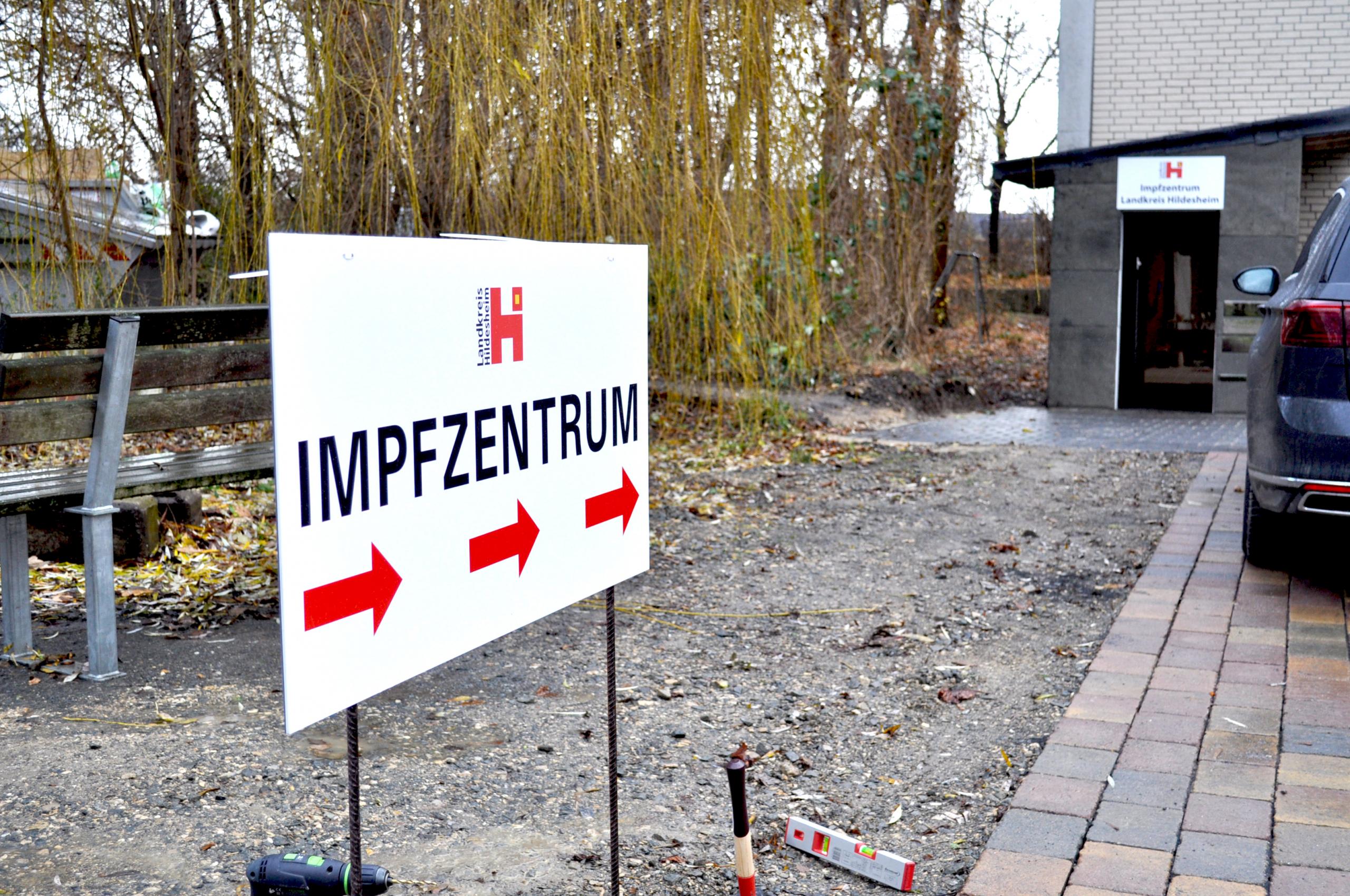 Corona Schutz: Trennwände, Spuckschutz, Möbel und Beschriftungen im Impfzentrum Hildesheim